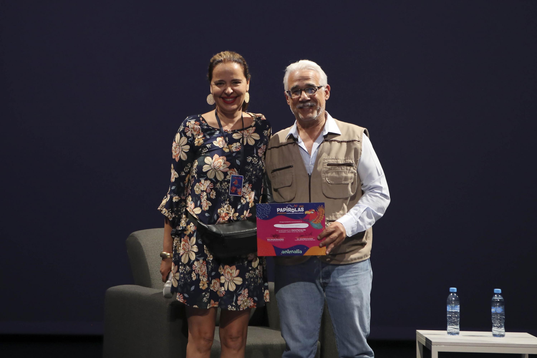 Doctora Marcela García Bátiz, Directora del Festival Papirolas 2019, haciendo entrega del reconocimiento al ponente