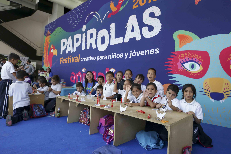 Niños de escuelas primarias, asistentes al taller como parte de su visita al Festival Papirolas 2019