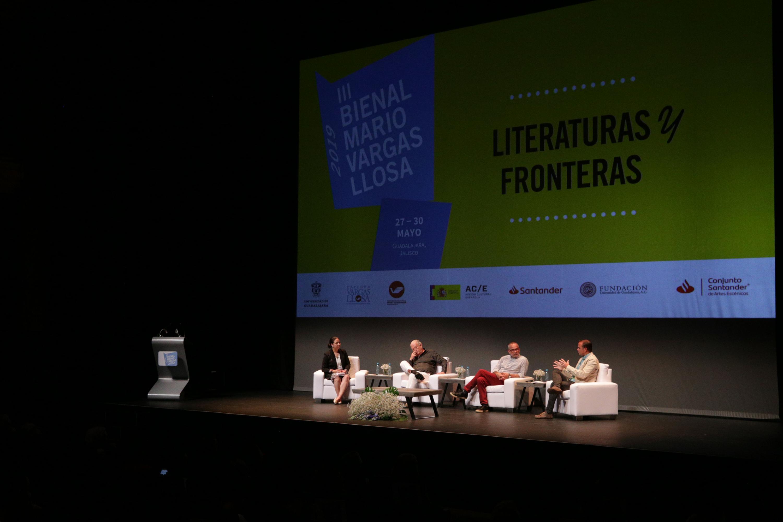 """Cinco escritores participando como panelistas de la mesa de diálogo """"Chamanes locales frente al instinto global: literaturas y mercados"""", realizada en el marco de la Tercer Bienal de Novela Mario Vargas Llosa"""