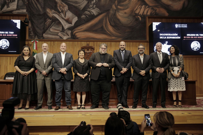 """Autoridades universitarias, de gobierno y artistas mexicanos reconocidos, participando en la inauguración de la exposición """"En casa con mis monstruos"""" de Guillermo del Toro"""