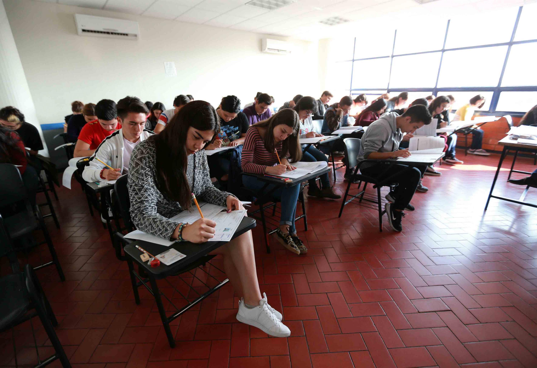 Aspirantes a licenciaturas de la Universidad de Guadalajara, realizando la Prueba de Aptitud Académica (PAA)