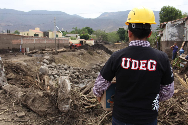 Brigadista de la Universidad de Guadalajara apoyando en trabajos de limpieza en San Gabriel, población afectada por el desbordamiento del Río Apango