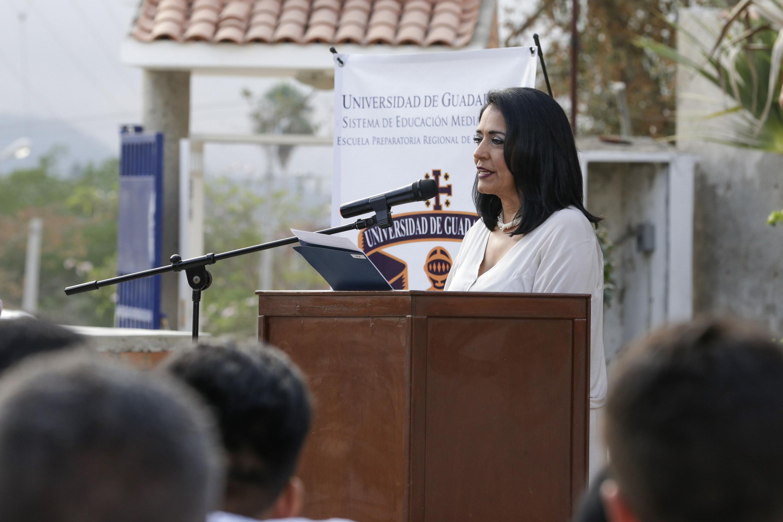 Directora de la Preparatoria de Puerto Vallarta, licenciada Susana Ambriz Ramos, participado en la ceremonia