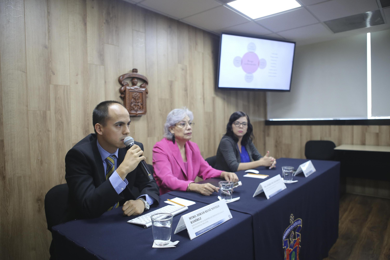 Académica y estudiantes de la maestría en Ciencias de la Salud Ocupacional, del Centro Universitario de Ciencias de la Salud (CUCS) de la UdeG en rueda de prensa