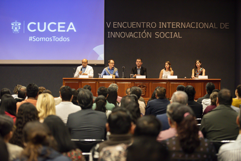 Autoridades universitarias en el V Encuentro Internacional de Innovación Social, en el Auditorio central del CUCEA