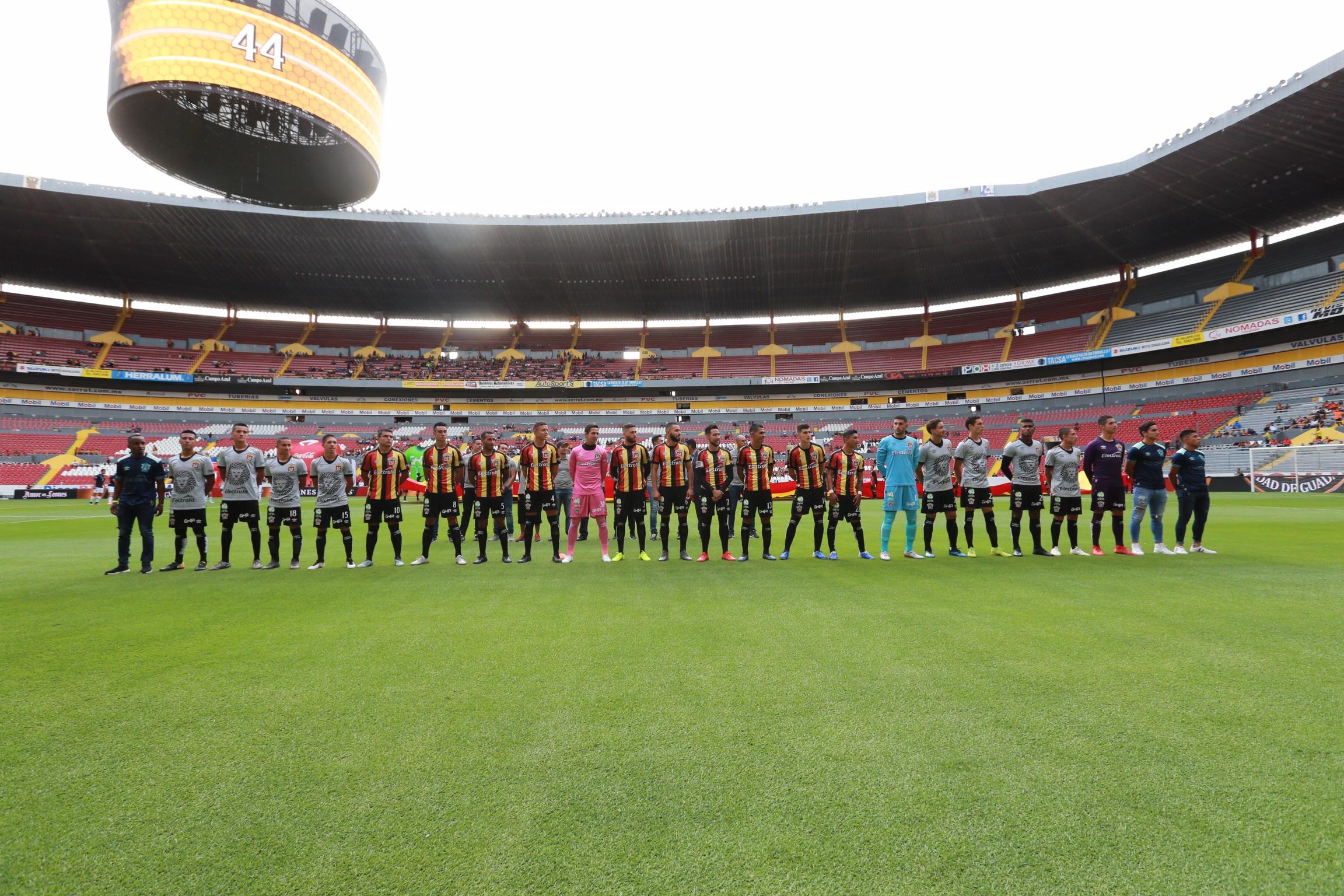 Jugadores de los Leones Negros de la Universidad de Guadalajara (UdeG), iniciaron los festejos por el 45 aniversario de su debut en Primera División
