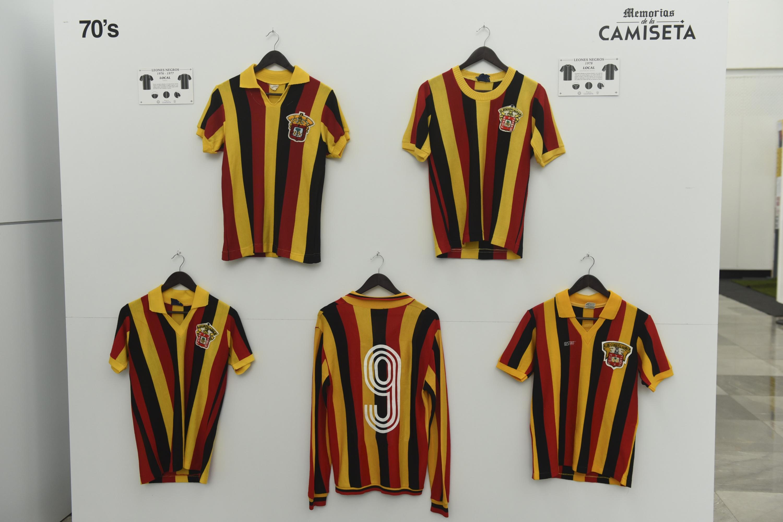 Camisas de recuerdo del equipo de los Leones Negros de la Universidad de Guadalajara (UdeG)