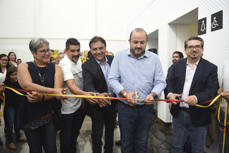 Autoridades de la Universidad de Guadalajara, así como  e integrantes del equipo de los Leones Negros en el corte de listón inaugurar