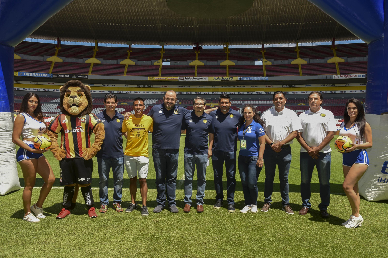 Autoridades de la Universidad de Guadalajara e integrantes del equipo de los Leones Negros así como mascota del equipo y edecanes en la inauguración de la Sexta Copa Leones Negros de futbol