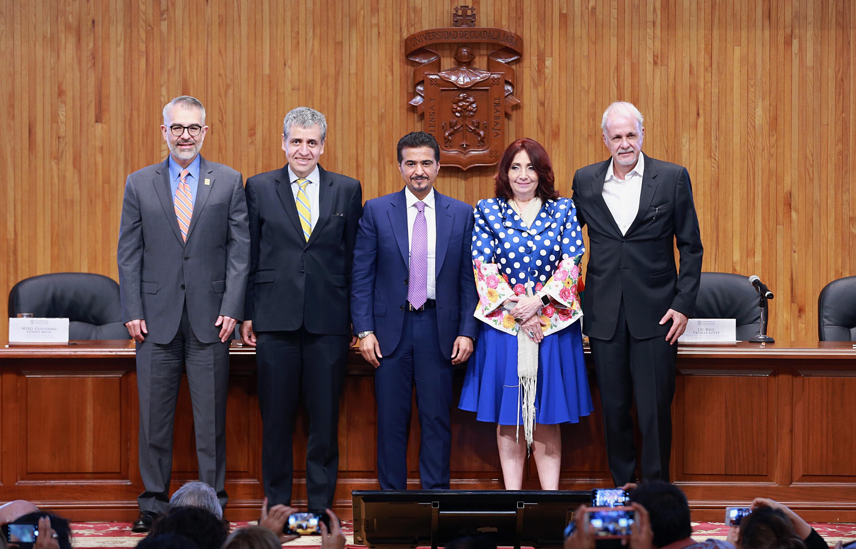 Autoridades de la FIL y de la Universidad de Guadalajara, así como del representante de Sharjah en la firma de convenio con la casa de estudio