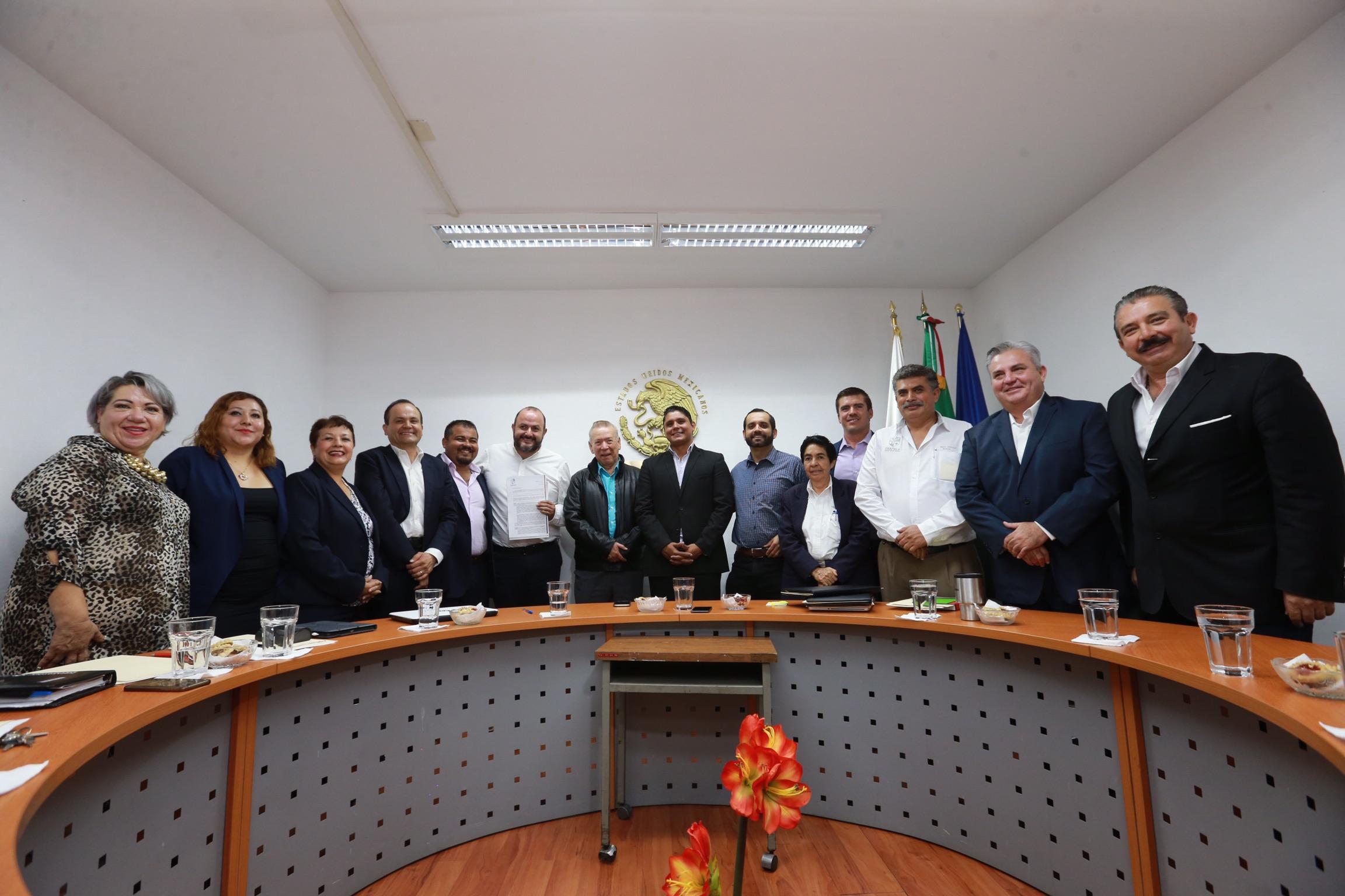 Autoridades de la Universidad de Guadalajara y de gobierno de Chapala, en Sesión Ordinaria de Cabildo, la donación de un predio de 20 hectáreas, para la construcción de un centro universitario, de la Universidad de Guadalajara (UdeG)