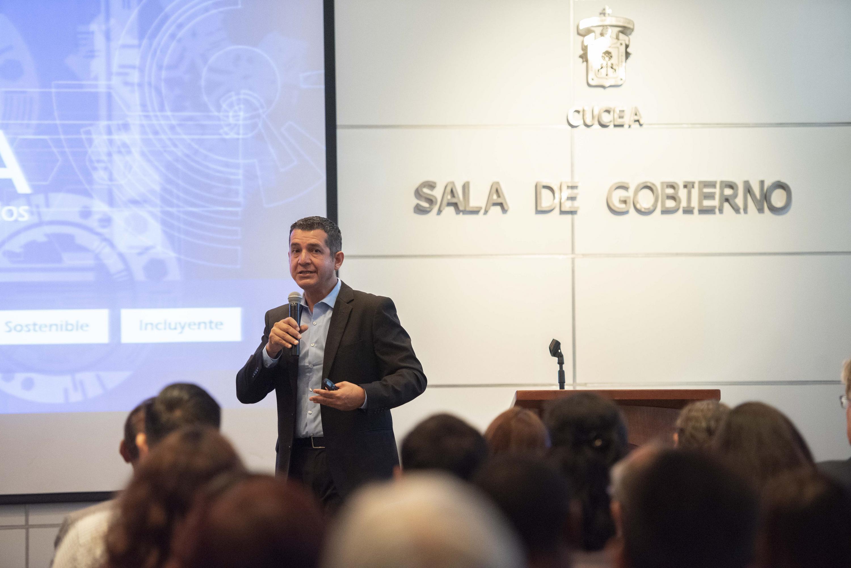 El Rector del Centro Universitario de Ciencias Económico Administrativas (CUCEA), maestro Luis Gustavo Padilla Montes, durante la conferencia inaugural del II Seminario Académico de Educación Superior Internacional