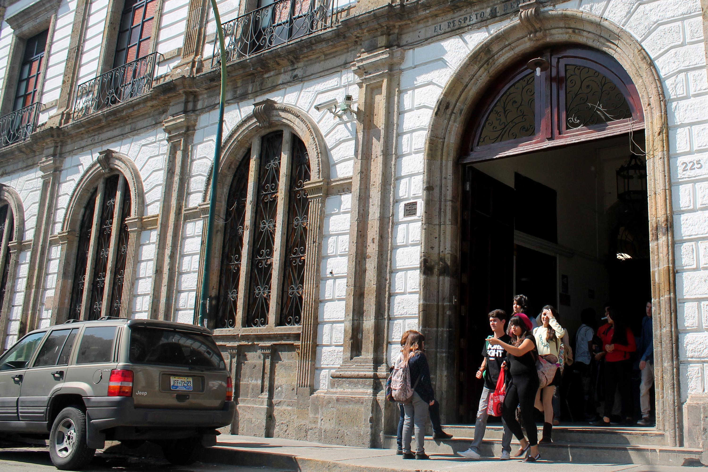 Estudiantes y fachada de edificio de la Preparatoria de Jalisco