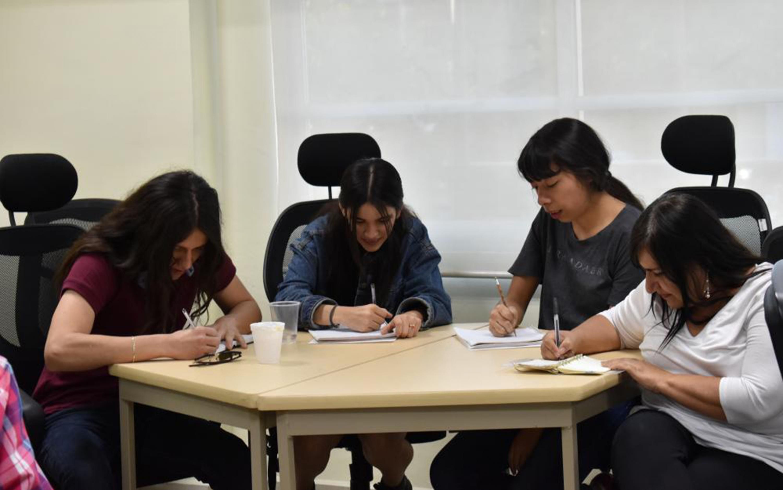 Mujeres trabajando en una mesa redonda