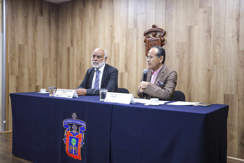El director de Investigación del Instituto Pasteur de París, Francia, el doctor Daniel Antonio Scott, El Director de la División de Disciplinas Clínicas del CUCS, doctor Héctor Raúl Pérez Gómez en rueda de Prensa