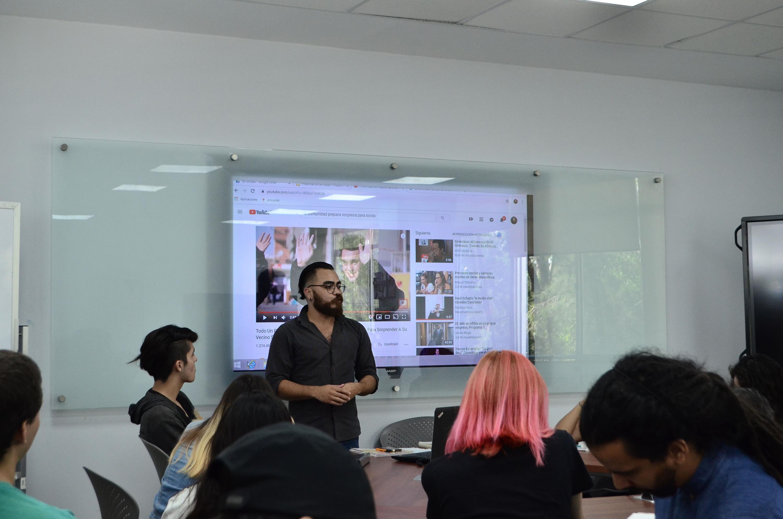 Estudiantes, trabajadores y profesores del Centro Universitario de Arte, Arquitectura y Diseño (CUAAD), en el Taller de Lengua de Señas Mexicana (LSM)