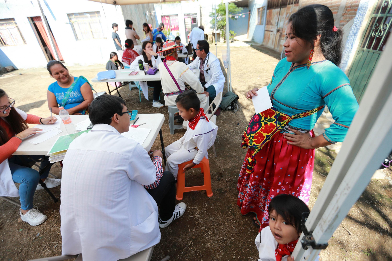 Unas 60 familias procedentes de las comunidades indígenas wixáritari fueron beneficiadas con las Jornadas de Salud Intercultural, organizadas el 3 y 4 de octubre por la Coordinación General de Extensión (CGE) de la Universidad de Guadalajara (UdeG)