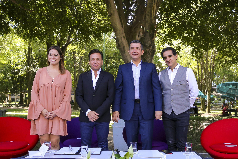 Autoridades del Centro Universitario de Ciencias Económico Administrativas (CUCEA), y representantes del ayuntamiento de Zapopan