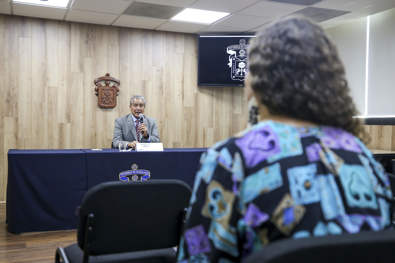 El académico del Departamento de Finanzas, del Centro Universitario de Ciencias Económico Administrativas (CUCEA) de la UdeG, maestro Daniel de Loera Robles, en rueda de prensa