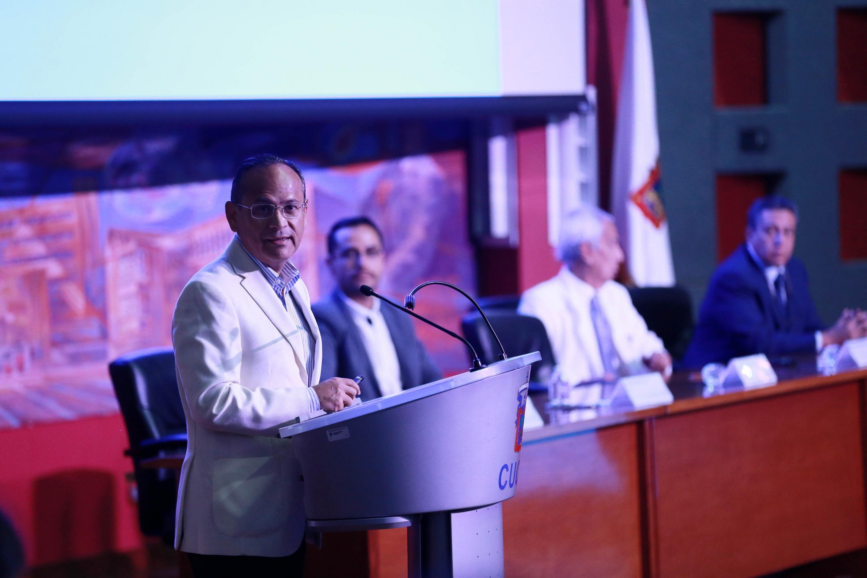 """El doctor Héctor Raúl Pérez Gómez, quien participó con la ponencia """"Una vista panorámica de la arbovirosis"""""""