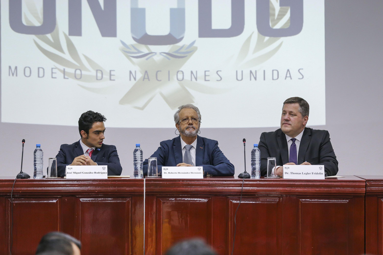 Académicos universitarios en la conferencia inaugural del X Modelo de Naciones Unidas de la Universidad de Guadalajara (ONUDG)