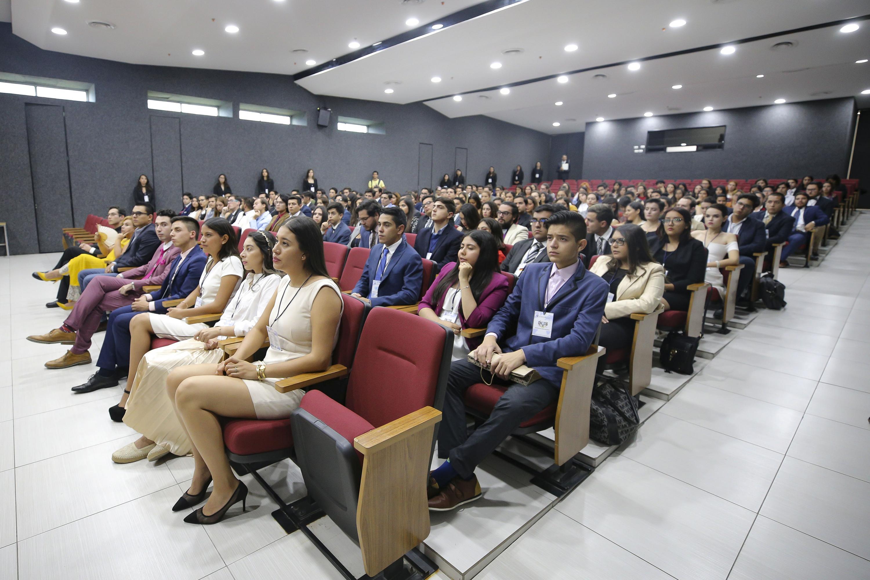 Asistentes ala la conferencia inaugural del X Modelo de Naciones Unidas de la Universidad de Guadalajara (ONUDG), en el Centro Universitario de Ciencias Sociales y Humanidades (CUCSH), campus Los Belenes