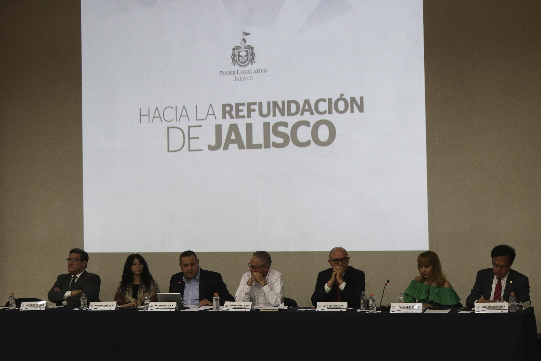 """Académicos universitarios en el conversatorio """"¿Por qué y para qué de un Congreso Constituyente en Jalisco?"""", que tuvo lugar en el auditorio Salvador Allende del CUCSH"""