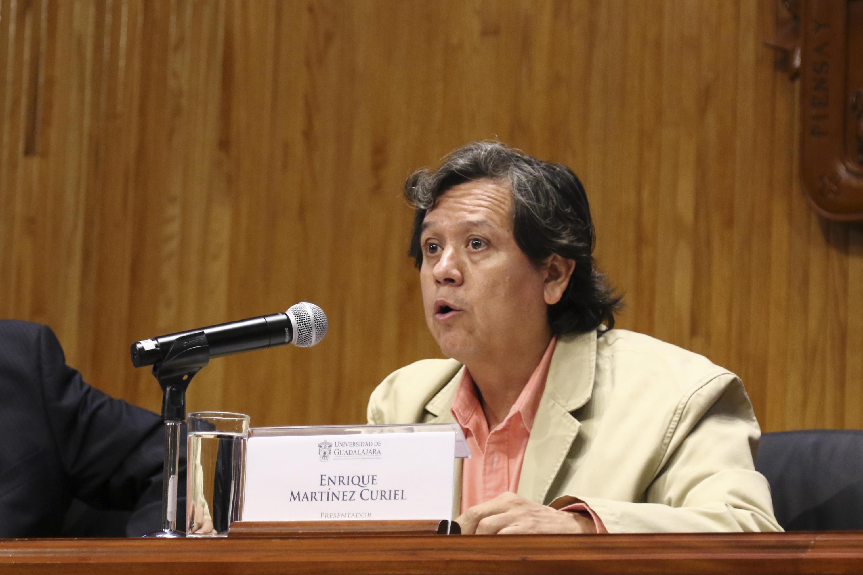 El doctor Enrique Martínez Curiel, académico de la UdeG, en uso de la palabra