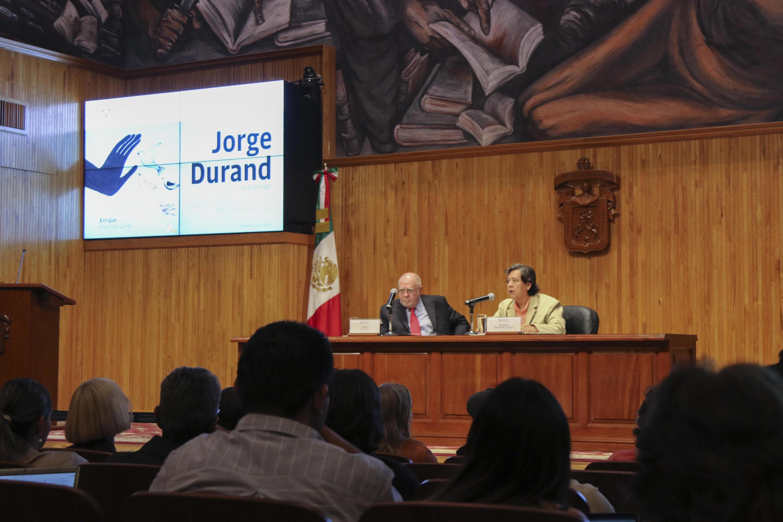 El doctor Jorge Durand, profesor investigador del Centro Universitario de Ciencias Sociales y Humanidades (CUCSH), de la UdeG, el doctor Enrique Martínez Curiel, académico de la UdeG, en presídium