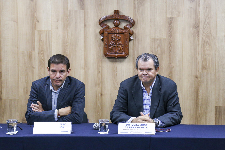 El investigador del Departamento de Ciencias Ambientales del CUCBA, doctor Guillermo Barba Calvillo, el investigador del CUSur, doctor Jesús Alberto Espinoza Arias, en rueda de prensa