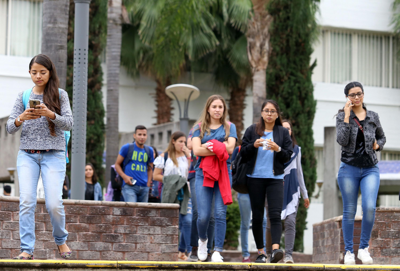 Estudiantes en Centro Universitario de la Universidad de Guadalajara