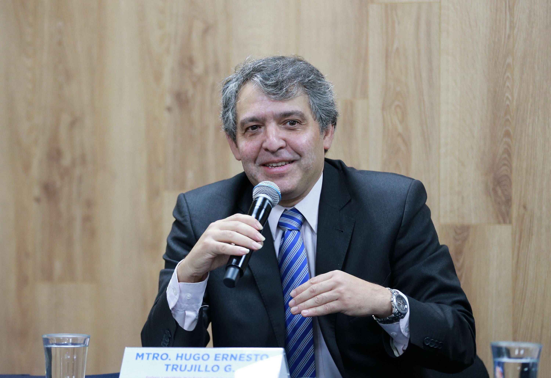 El profesor y Presidente de la Academia de Guitarra, maestro Hugo Ernesto Trujillo, en uso de la palabra