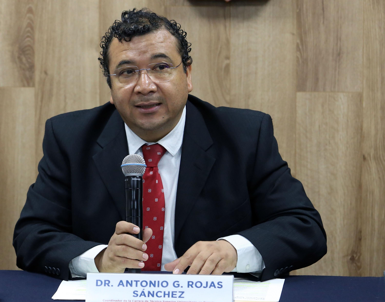 El Coordinador de la carrera de Técnico Superior Universitario en Terapia Respiratoria, doctor Antonio Gerardo Rojas Sánchez, en uso de la palabra