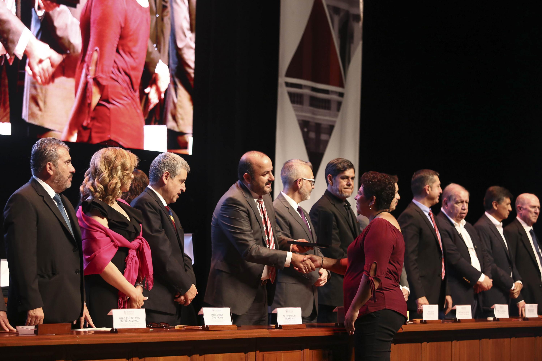Homenajeados, 95 son trabajadores administrativos y 299 académicos. La ceremonia fue encabezada por el Rector General de la UdeG, doctor Ricardo Villanueva Lomelí, en la Sala Guillermo del Toro del Conjunto Santander de Artes Escénicas
