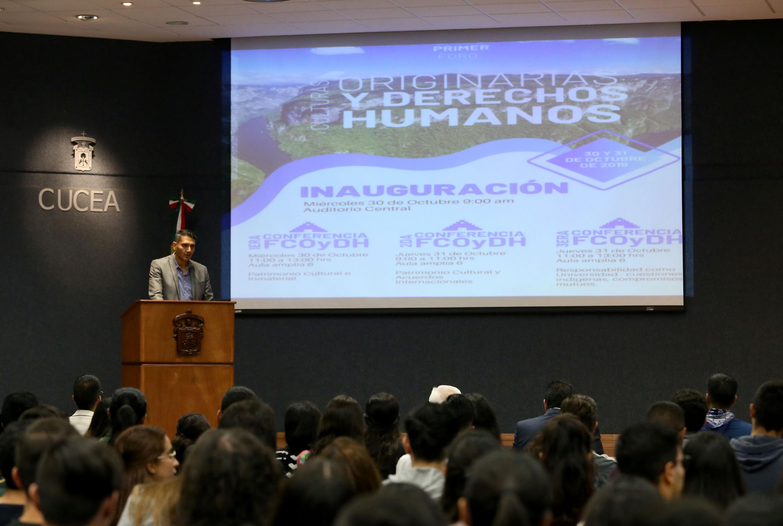 Académico en la inauguración del I Foro Culturas Originarias y Derechos Humanos, que tiene lugar en el Centro Universitario de Ciencias Económico Administrativa (CUCEA)