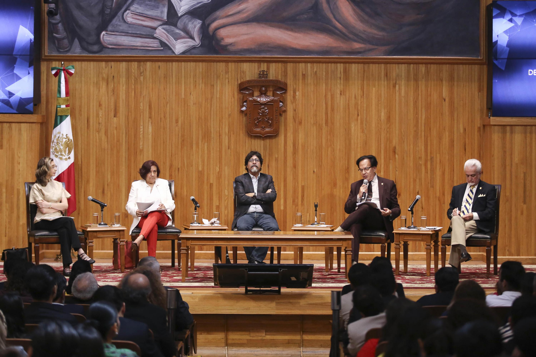 Reunidos en el Paraninfo Enrique Díaz de León, universitarios notables recordaron las peripecias que sortearon quienes transformaron y modernizaron a la UdeG