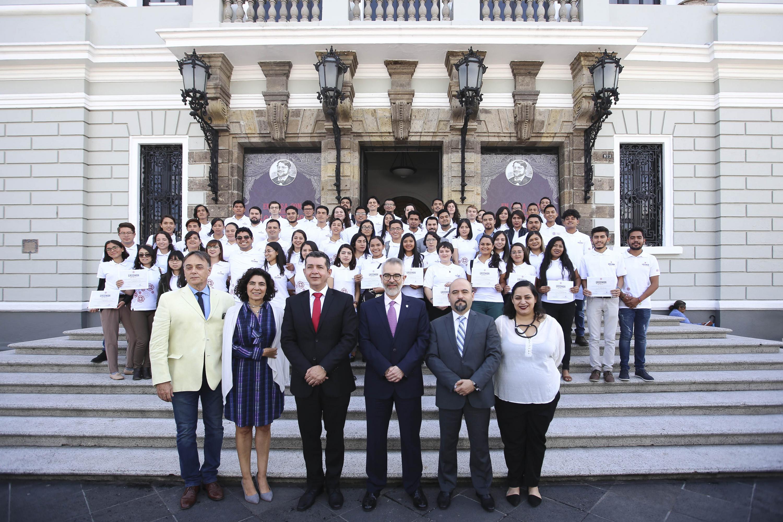 Académicos y estudiantes en el homenaje a la filántropa estadounidense Pyrrha Gladys Grodman, en el Paraninfo Enrique Diaz de León