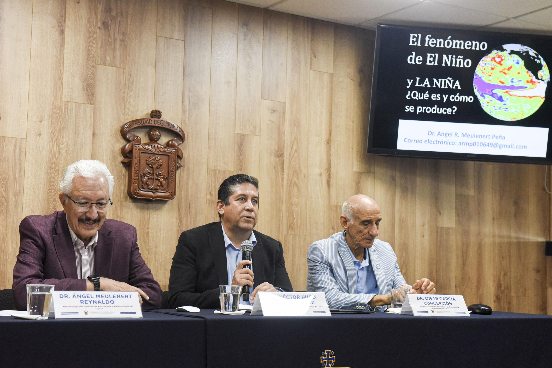 Investigadores universitarios en conferencia de prensa para anunciar el XXVIII Congreso Mexicano de Meteorología y el XIII Congreso Internacional de Meteorología,