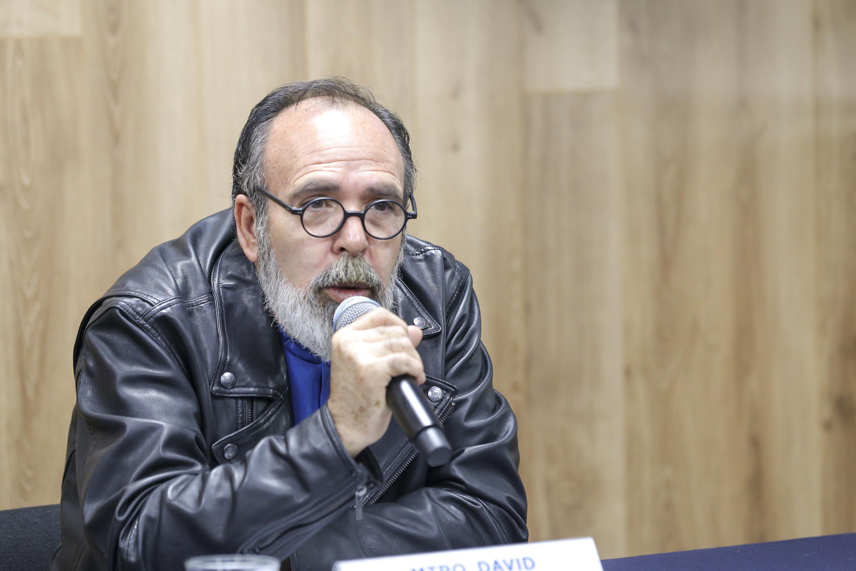 El Jefe del Departamento de Artes Visuales del CUAAD, maestro David Agredano Delgadillo, en uso de la voz