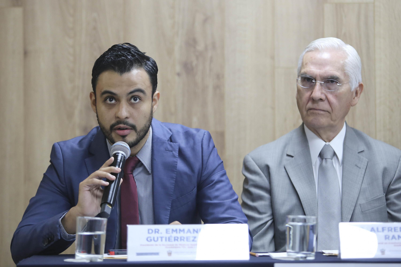El Presidente de la Sociedad de Médicos Residentes del hospital Dr. Juan I. Menchaca, doctor Emmanuel G. Gutiérrez López, es uso de la voz