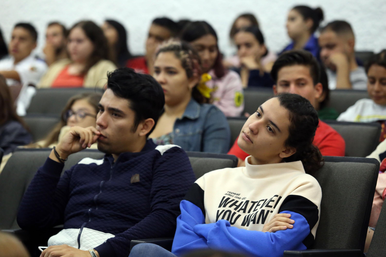 Publico asistente universitarios Foro Multidisciplinar Prevención y Abordaje de la Violencia, el Acoso y el Hostigamiento, en el CUCS