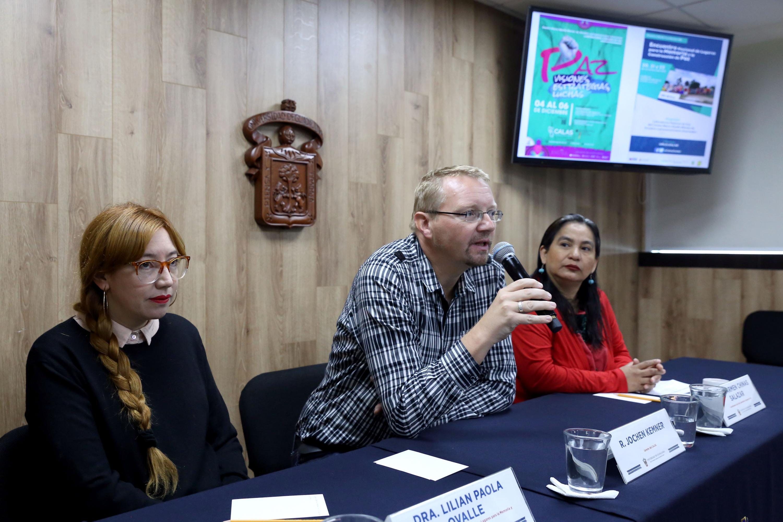 Académicos en rueda de prensa para dar a conocer las líneas de trabajo del Laboratorio Visiones de Paz del Centro de Estudios Avanzados de América Latina (CALAS)