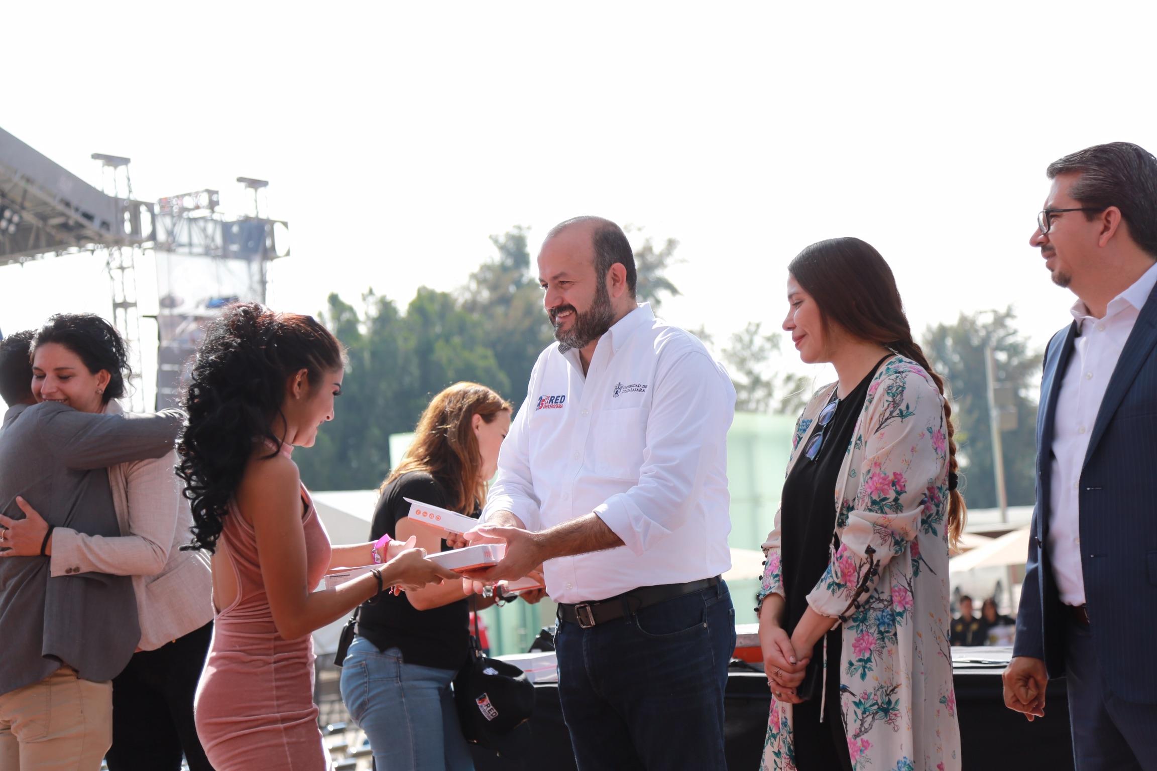 El Rector General, doctor Ricardo Villanueva Lomelí, en la entrega de reconocimientos