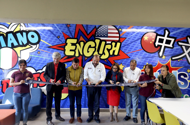 Autoridades universitarias en la inauguración aula para la impartición del idioma ingles