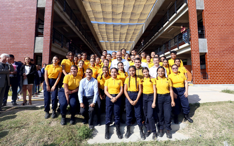 El Rector General, doctor Ricardo Villanueva Lomelí con estudiantes del sems
