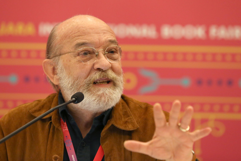 El escritor Guillermo Sheridan, en el uso de la palabra