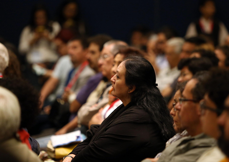Publico Asiente a la mesa Octavio Paz en la India