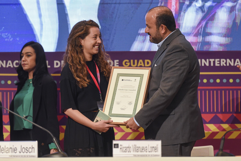 Entrega el Rector General de la UdeG, doctor Ricardo Villanueva Lomelí, el reconocimiento, su hija, Ximena López