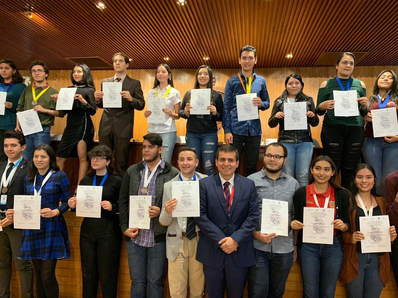 El Director General del Sistema, maestro César Antonio Barba Delgadillo, con ganadores