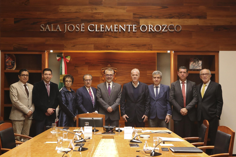 Autoridades universitarias en la firma de el convenio entre  AltaMed Health Service Corporation, la Fundación Universidad de Guadalajara en Estados Unidos de América